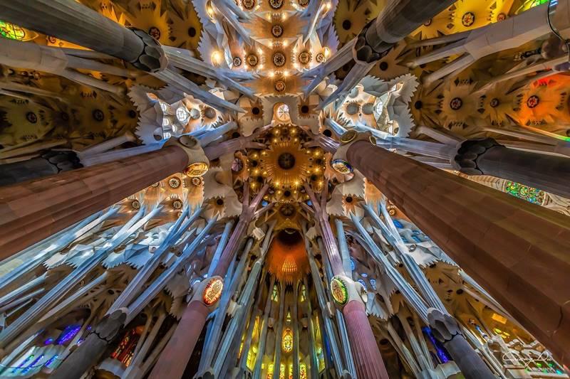 El techo de la Sagrada Familia visto desde abajo en el interior