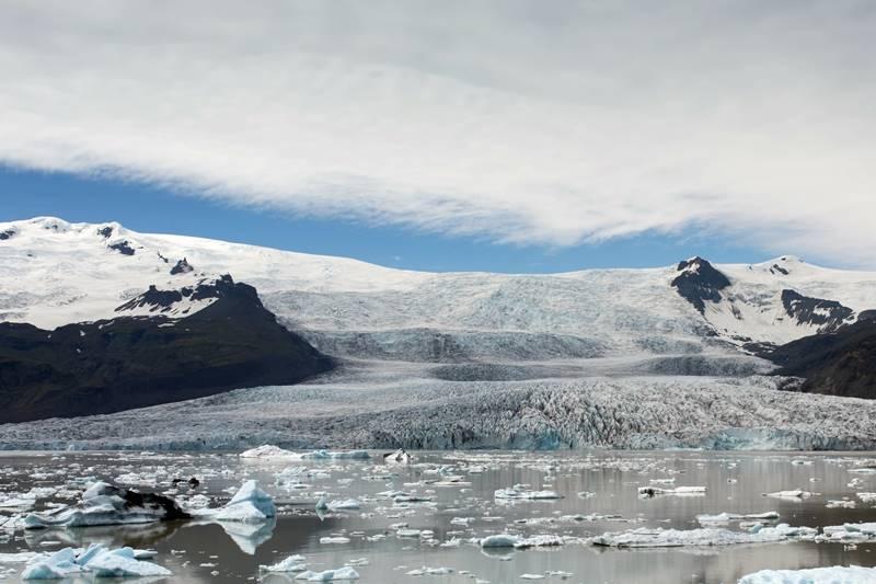 Imagen tomada desde un barco frente al glaciar Falljökull un día de invierno.