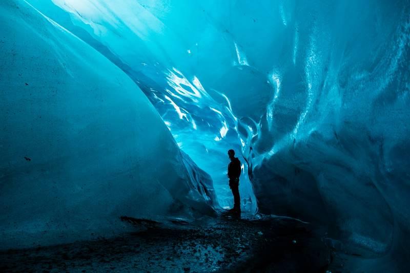 Persona posando en el interior del glaciar Vatnajökull.