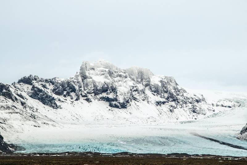 A lo lejos se ve el glaciar Snaefellsjökull en un día frío de invierno.