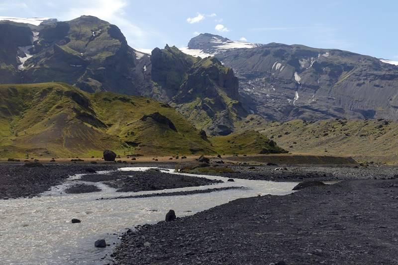 Vistas del volcán Eyjafjallajökull con el río al frente.