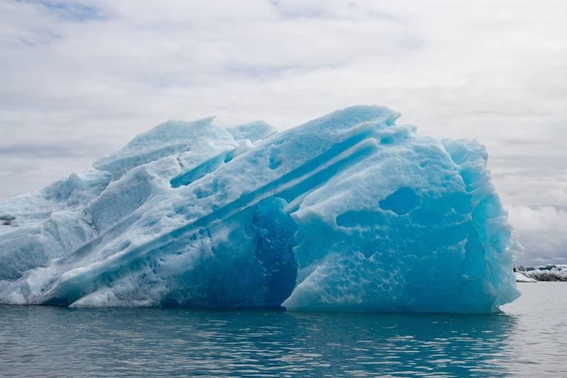 Icebarg gigante sobre el agua al visitar un glaciar.