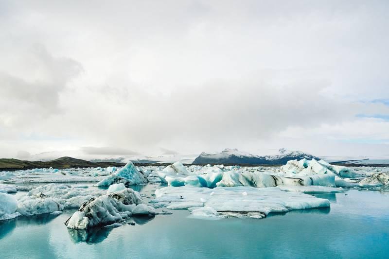 Vistas de iceberg sobre el mar al visitar un glaciar en Islandia.
