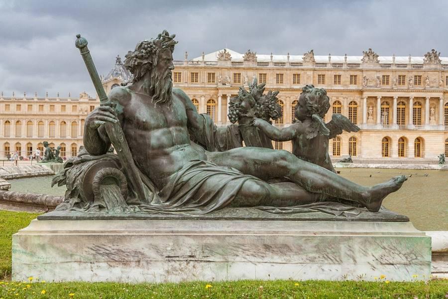Escultura frente al palacio de Versalles - Qué ver en París