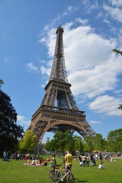 Personas en un día soleado en el parque junto a la torre Eiffel - Qué ver en París