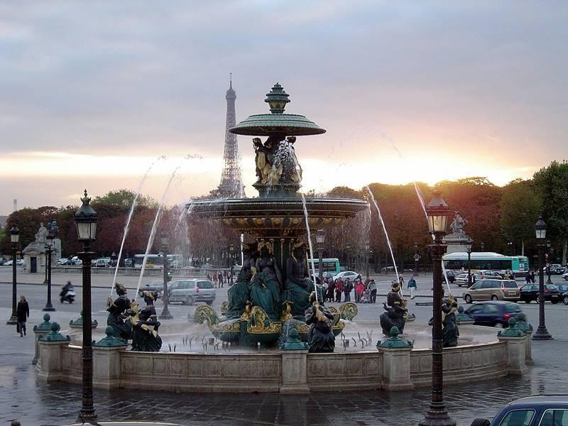 Fuente en el medio de la plaza con el sol de fondo en el atardecer - Qué ver en París