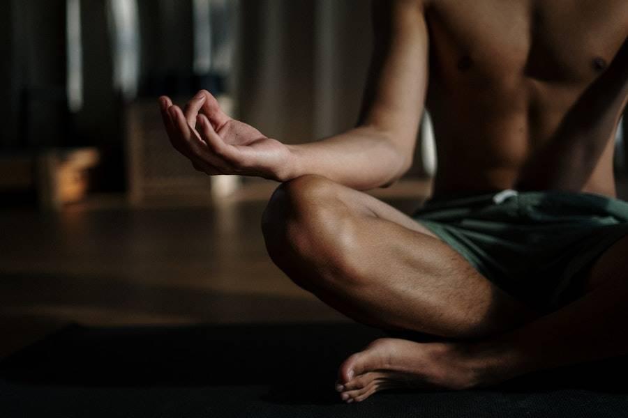 Persona meditando en los mejores retiros Detox en España.