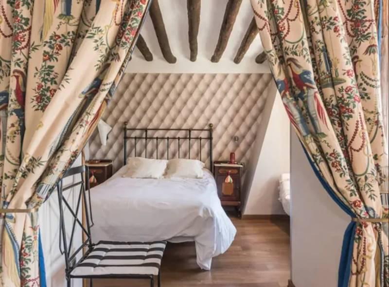 Vista interior de la habitacióncon un estilo rústico y muy elegante - Mejores retiros Detox en España.