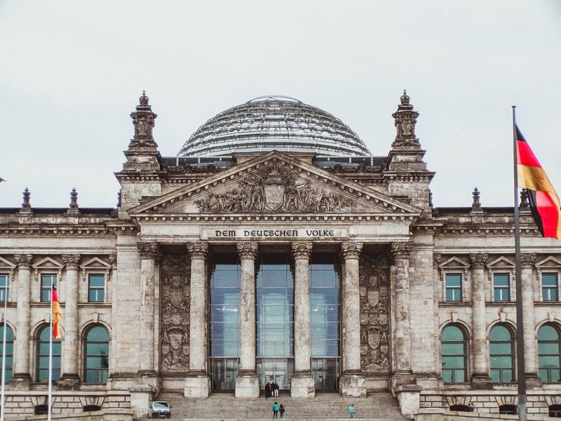 Vista frontal del edificio del parlamento - Visitar el barrio Mitte de Berlín