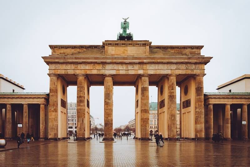 Puerta de Brandemburgo en un día nublado - Visitar el barrio Mitte de Berlín