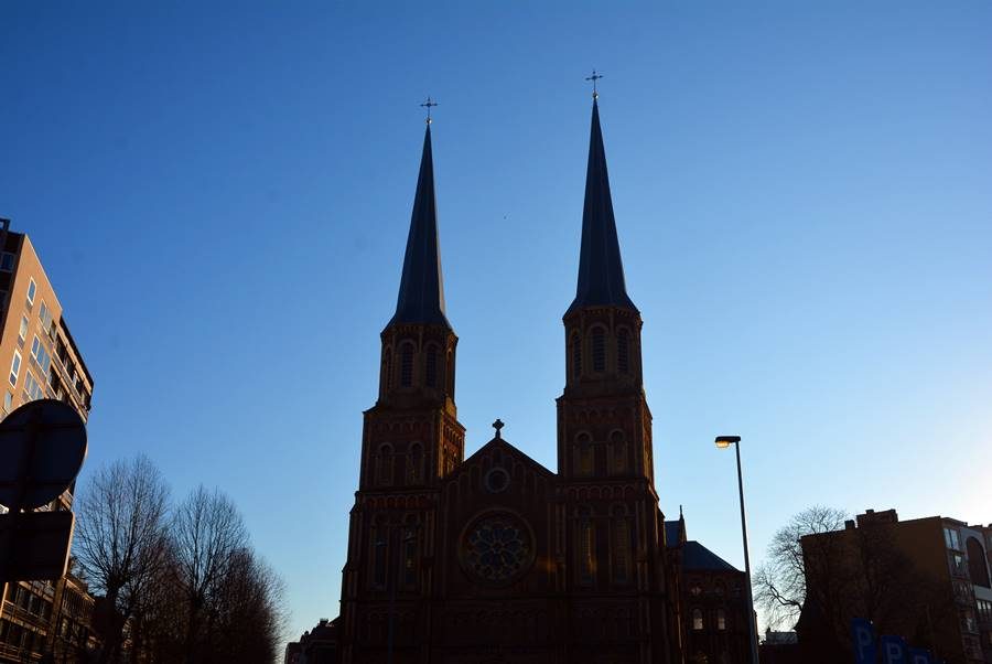 Silueta de una Iglesia en el atardecer bajo un cielo azul.