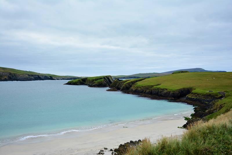 Playa con aguas de color turquesa en las Shetland.