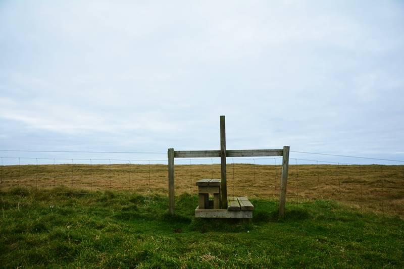 Escalera entre alambradas para cruzar entre campos.