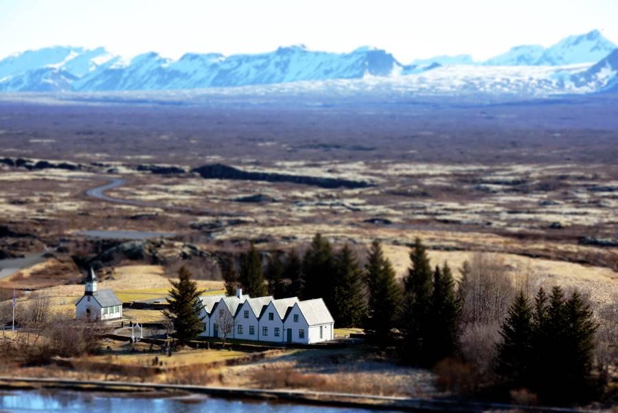 Casas en un paisaje casi desértico en Islandia.