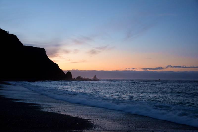 Playa junto al mar en un atardecer.