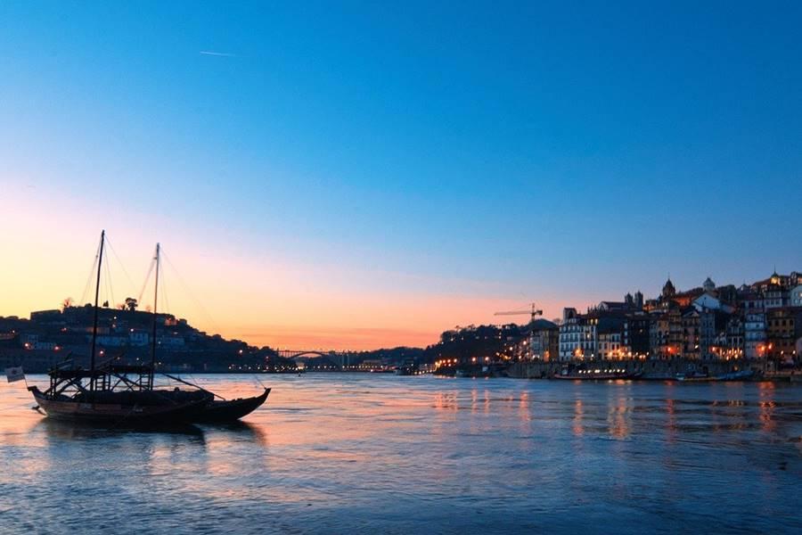 Barco en el atardecer en Oporto.