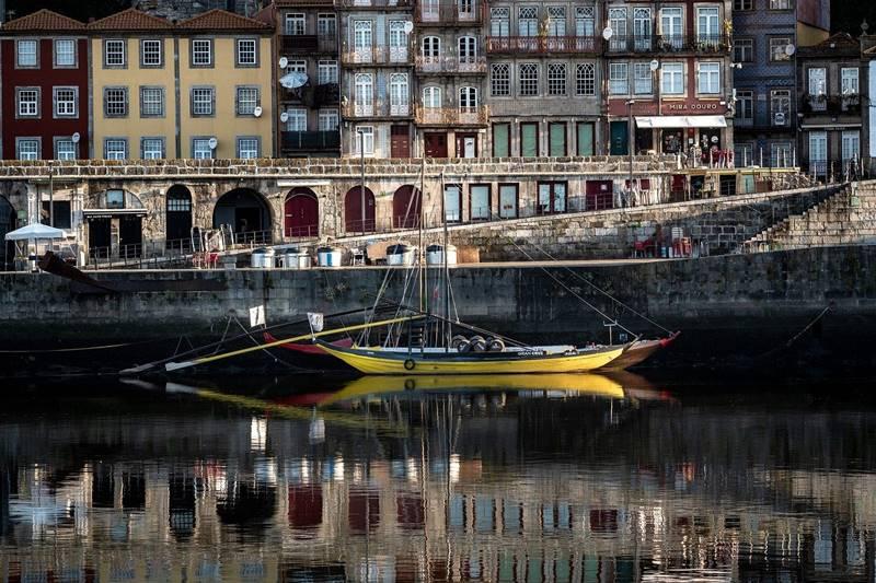 Barco en la ciudad de Oporto