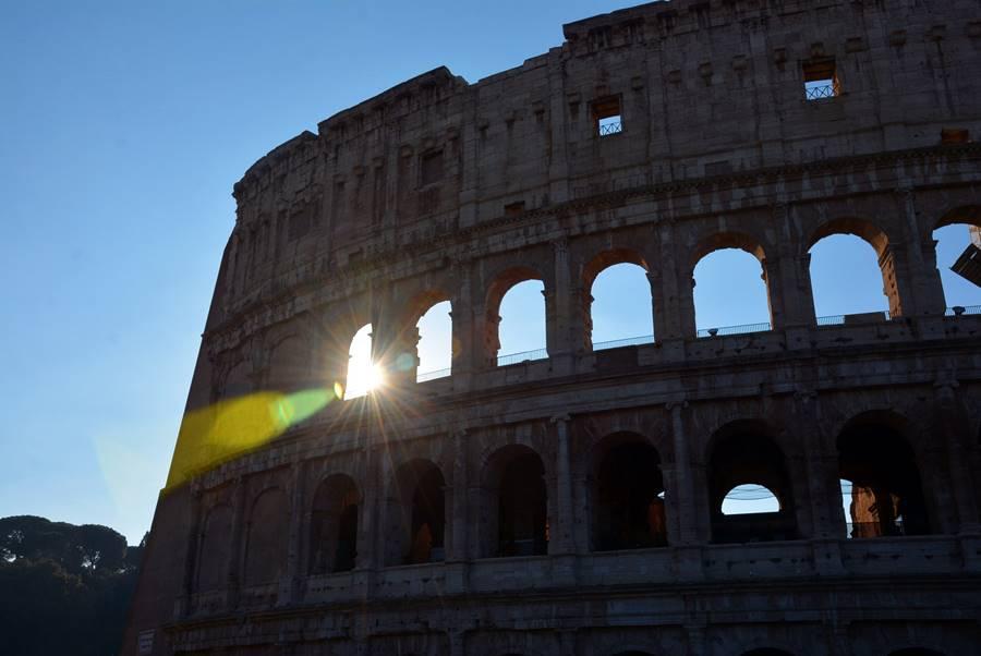 Vistas del Coliseo Romano en el atardeer.