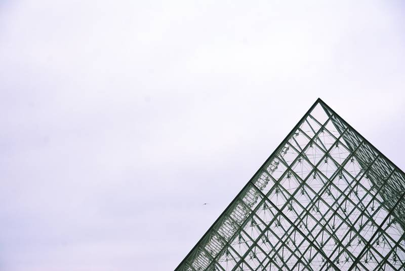 Parte superior de la pirámide de cristal del museo de Louvre.