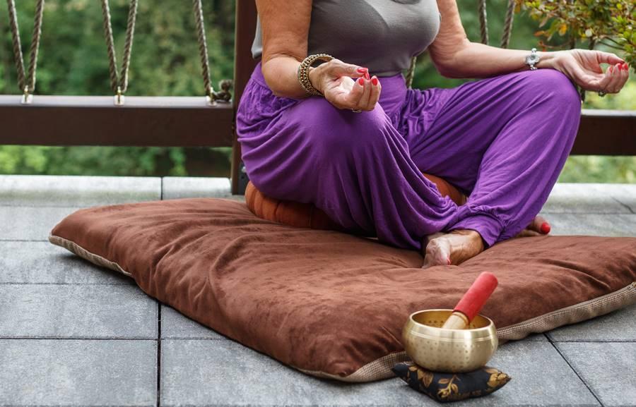 rimer plano de una mujer meditando en un viaje de meditación a Ibiza.
