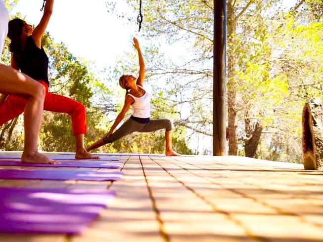 Mujeres haciendo yoga en un retiro en un viaje a Ibiza.