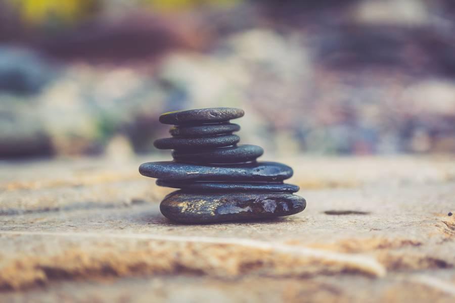 Sesión de yoga y meditación mientras viajamos