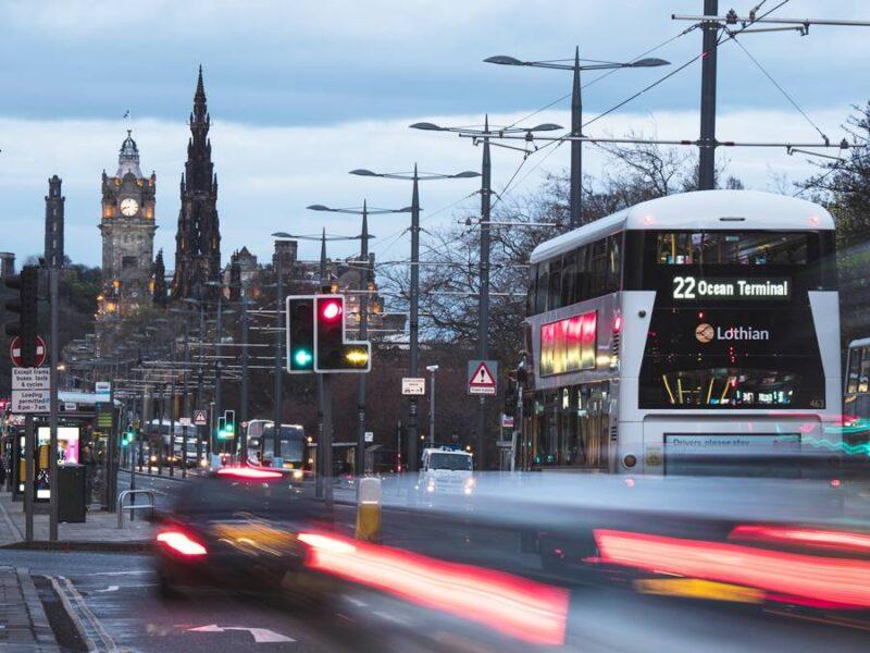 Moverte en Edimburgo, buses y taxis en el atardecer de Princes Street