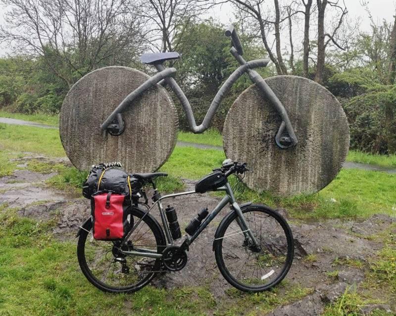 Mi bicicleta frente a un monumento gitgante de otra bicicleta.