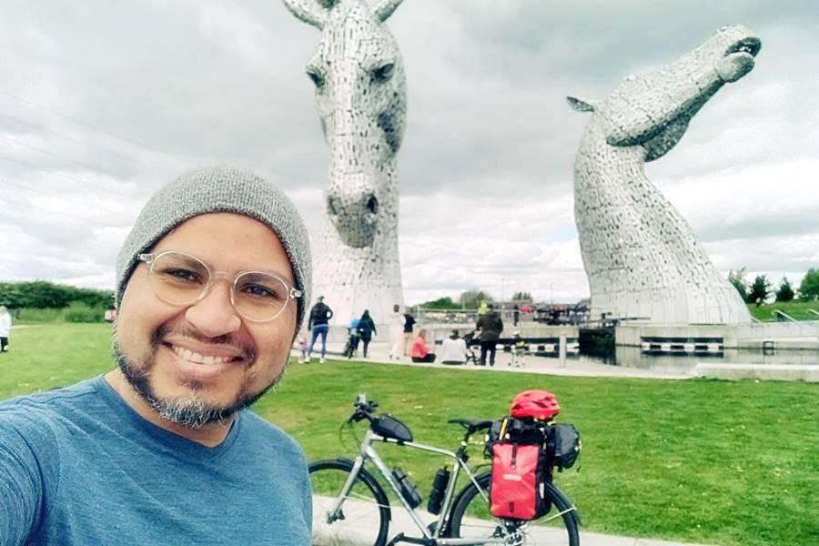 Viajar en bicicleta - Yo frente a los Kelpies con la bici de fondo