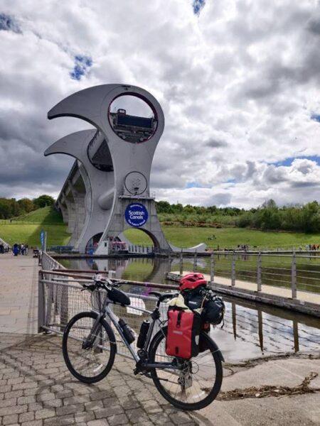 La bicicleta y Falkirk Wheel de fondo