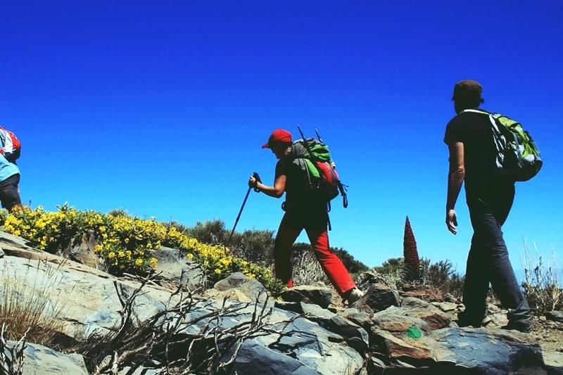 Dos personas haciendo sendirsmo en Tenerife para llegar al Teide