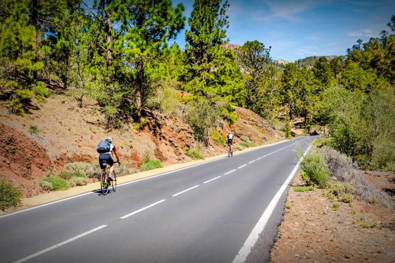 Subir al Teide como estas dos personas en una carretera vacía es otra cosa que hacer en Tenerife de manera ecológica.