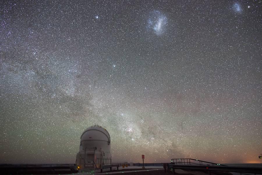 Telescopio bajo un cielo estrellado