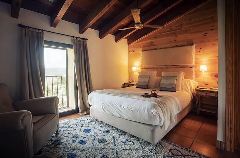 Esta es una de las habitaciones que tendrás en tu retiro detox en Alicante, en MasQi