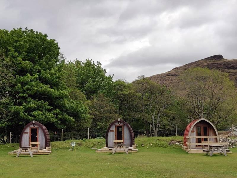 Pequeñas cabañas en el camping de Lochranza