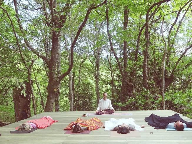 Personas meditando en los 3 días de retiro en Asturias