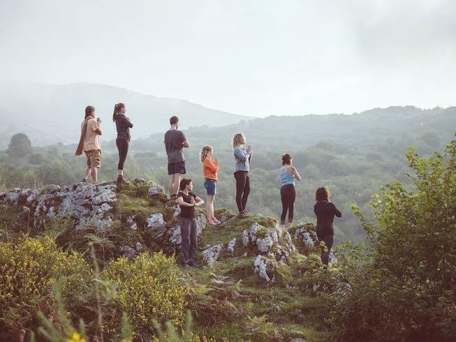 Meditaciones frente al atardecer en la montaña en Asturias