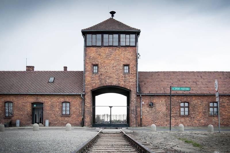 Una de las entradas del campo de concentración