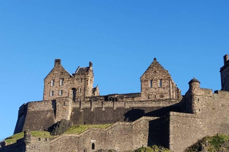 Castillo de Edimburgo visto desde abajo