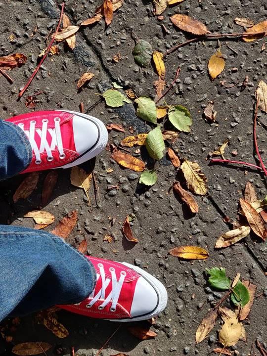 Otoño en Edimburgo, imagen de pies sobre hojas